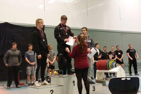 John Ivar Pettersen får sitt NM-gull i Bergen.