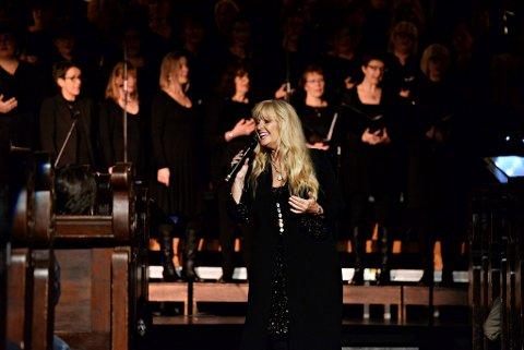 Hanne Krogh fylte kirkerommet med sang sammen med de tre tenorene og koret Koriosa, under ledelse av Elin Persson.  Foto: Bjørn A. Hansen
