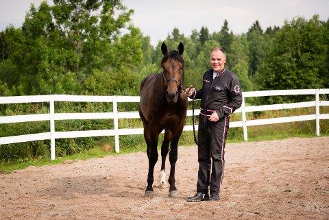 STJERNE: Geir Vegard Gundersen trener og kusker Support Justice, Norges i øyeblikket største travstjerne.foto: geir egil skog