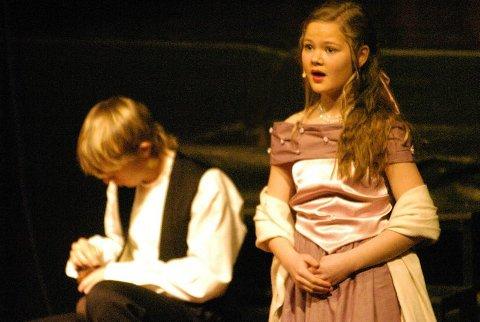 KJÆRLIGHET: Caroline K. Moen i rollen som Mary avleverte en vakker sang til unge Scrooge (Einar K. Marsøe).