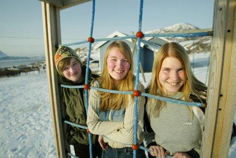 USIKKER FRAMTID Rune Jarle Pedersen (13) Eva Renate Pedersen (15) og Silje Isaksen(14) har ikke lyst til å reise over havet til Burfjord 5 dager i uka. De oppfordrer kommunepolitikerne til å omgjøre vedtaket.