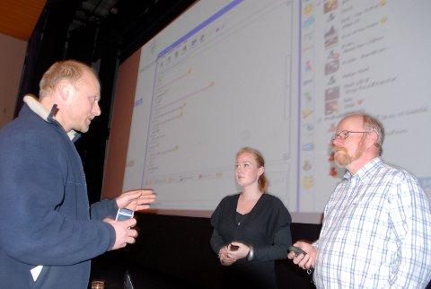 ENGASJERTE: Foredraget til Ola Ø. Hoel og Ibe Hoel engasjerte blant andre Bård Slette, som hadde sine spørsmål i pausen.Bestill bilde