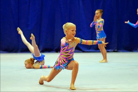 Marie Galtung Døsvig (10) fra Bergen Turnforening hadde oppvisning mellom finalerundene med sin frittstående gruppe for rekrutter, og viste at man tidlig kan bli god i rytmisk gymnastikk.