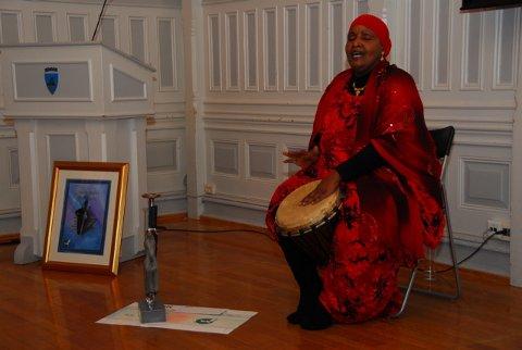 Safia Y. Abadi satte fra seg statuett og diplom og takket for prisen med en forrykende forestilling med sang, dans, poesi og trommer.