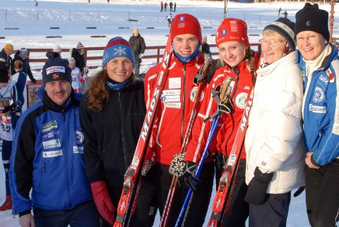 SKIFAMILIEN: Fra venstre Helge Østberg, Marthe Flugstad, Eivind Flugstad Østberg, Ingvild Flugstad Østberg, bestemor Valborg og tante Solfrid.