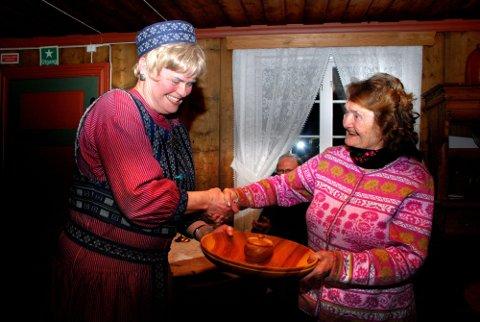 VERDIG VINNER: Leder i Hadeland Mållag, Reidun R. Sørensen delte ut prisen, som besto av et dreid kakefat, til dialektprisvinner Kari Ruud Flem.
