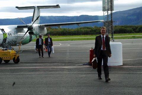 STANDSMESSIG SKYSS: Statssekretær Erik Lahnstein kom passende nok luftveien.