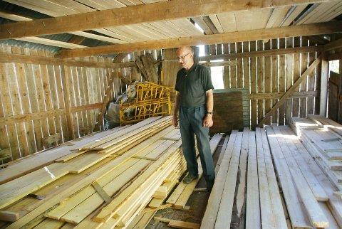 Plank. Bjørgvin Harald Olsen har allerede fått et lite materiallager.