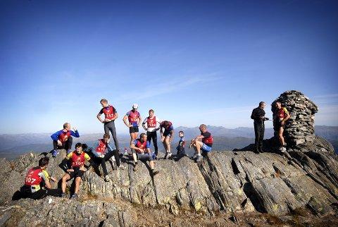 PÅ TOPPEN: De raskeste deltakerne i herreklassen slappet av noen minutter på Øyfjellvarden før de løp ned igjen