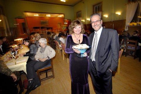 FEIRET: Trond Wika feiret i går sin 50-årsdag med konsert og en rekke musikalske bidrag og hyllester fra musikere og kulturlivet på Helgeland. Her sammen med kona Franziska Wika.