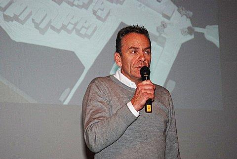 Majoritetseier i Solsiden 1, Arne Lindstøl, orienterte publikum som var møtt frem i storsalen i Risørhuset.