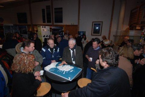Prosjektleder Kjell Hugo Haugen orienterte publikum både i kinosalen og i foajeen da Holmenprosjektet ble presentert torsdag kveld.