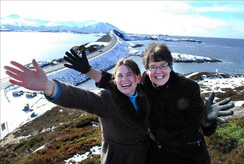 Kjempeglade: Stavkirkeeier Else Marie Bae (til venstre) og krovert Quirien Van Qirschot er kjempeglade over tilbakemeldinger fra fornøyde overlandturister som har likt det de har sett, hørt og spist i Averøy.