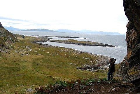 Utsyn frå heller i sør. Merk den tydelege 7000 år gamle strandvollen.