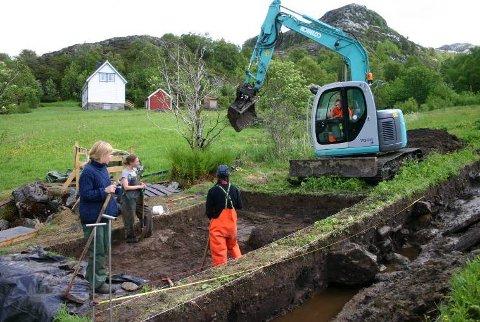 GRAVEMASKIN: Feltleiar Birgitte Bjørkli, Nora Pepe og Anja Melvær har fått hjelp av Kenneth Elde i gravemaskina til det omfattande gravearbeidet.