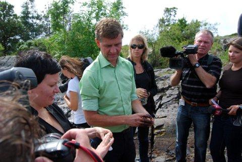 PÅ BEFARING: Fiskeri- og kystminister Helga Pedersen og miløvernminister Erik Solheim var i går på befaring i Krogshavn for å se på skadene etter det store oljeutslippet.
