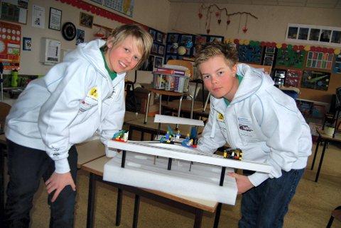 MODELL: Carl Peder Skavern og Fredrik Øverlier med modellen av taxibanen de skal vise fram under verdensfinalen i First Lego League. FOTO: HELGE RØNNING BIRKELUND
