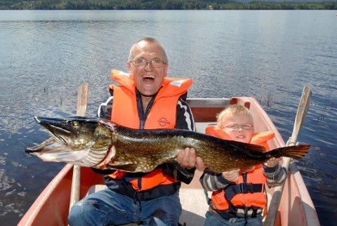STØRSTE GJEDDA: Dette er den største gjedda Lars Kristian Møllhaug Gulbrandsen har tatt, men uten pappa Jan hadde fisken fortsatt svømt rundt i Storsjøen.