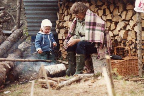 MED?MOROMOR: Her er Robertsen på hytta med mormor. ? Mine første barndomsminner er fra feriene hos besteforeldrene mine. Hver eneste sommer ble tilbragt på hytta eller hos dem, sier Robertsen.