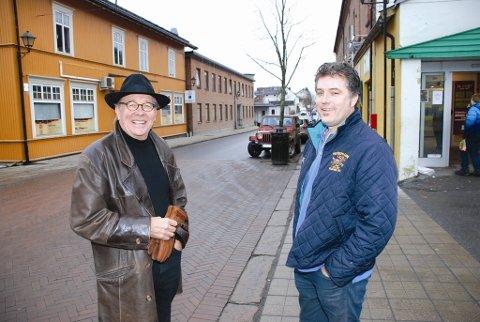 Vestfossenpatriotene Knut Kolberg (t.v.) og Morten Viskum mener Vestfossen er      et ypperlig sted for NRK å spille inn sin nye TV-serie. - Det vil bety utrolig mye for Vestfossen som sted og en slik innspilling vil gjøre at langt flere turister finner veien hit, sier Kolberg.
