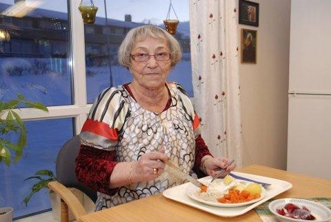 EI SKAM: Inger Ella Larsen storkoste seg med mølja. Hun mener det er ei skam at eldre i Mehamn får fisk fra Harstad.