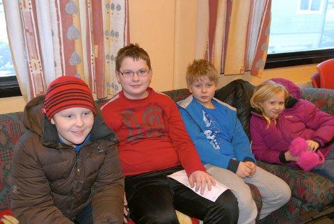 Gøran Dybdal (10), Åsmund Krey (12) og Nickolai Larsen (10) slapper av på skytterstevne. Hanna Dybdal (9) er med for å heie på dem.