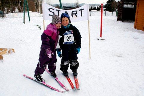 Pernille Knutsen (4) og Patrick Ødegaarden (4) viser ekte olympisk glede og vennskap ved startstreken pål langrennsløypa i Brattås barnehage. OL-grenene var aking, skiløp og hopprenn. Alle barna hadde ekte startnummer på brystet.