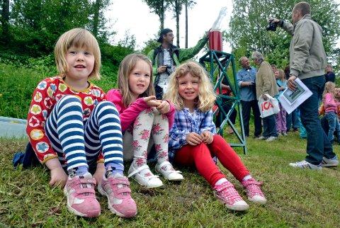 Foran armen: Mathilde Nilsen Sandstad, Victoria Myrvang Finne og Tina Stene Åseng er kjempestolt over skulpturen de har lagd. Foto: Hedda Hiller Elvestad