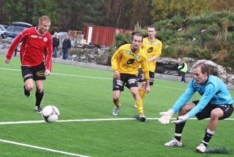 MATCHVINNAR:?Yngve Njøten (i raudt) sette inn kampens einaste mål då Radøy/Manger møtte Årdal heime i Austmarka torsdag. Bildet er frå fjoråret. (Arkivfoto)