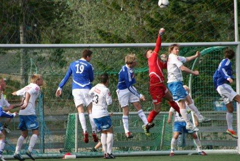 PRESSET PÅ: FK Lofotens keeper Espen Bendiksen hadde sin fulle hyre med å holde unna i andre omgang. Her rydder han unna på en av flere cornere det siste kvarteret. (Foto: Trond Schultz)