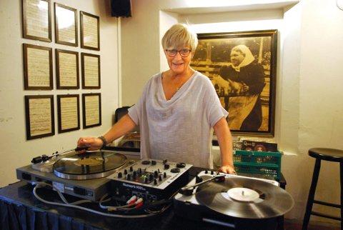 DJ-veteran: Mette Bjørgan var i sin tid Norges første kvinnelige DJ, og nå, 40 år seinere, er hun med sine 60 år, Norges eldste kvinnelige DJ. ? Folk spør om de kan ta bilder av meg og sende hjem til moren sin, ler hun. (Foto: Rikke Askersrud)