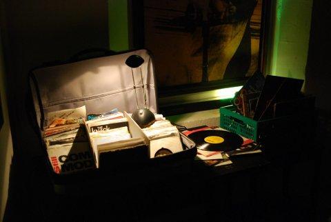 Stort utvalgt: I våres hentet hun fram de gamle platene sine fra den tida hun var DJ på Ausrød pensjonat. De gjør susen den dag i dag.