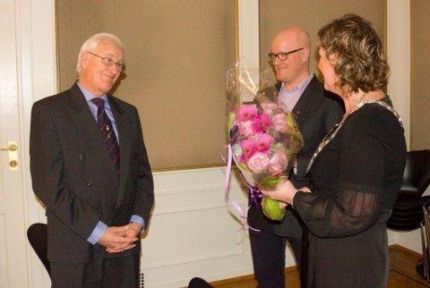 Sigmund Bjørklund fikk utdelt kulturprisen av ordfører Hilde Brørby Fivelsdal og kulturleder Øyvind Norstrøm.