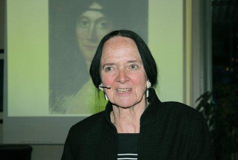 FORTELLERGLEDE: Elisabeth Aasen fortalte om norske og vesteuropeiske kvinners liv og påvirkning gjennom flere hundreår, med stor innlevelse og fortellerglede. (Foto: Asbjørg Sande)