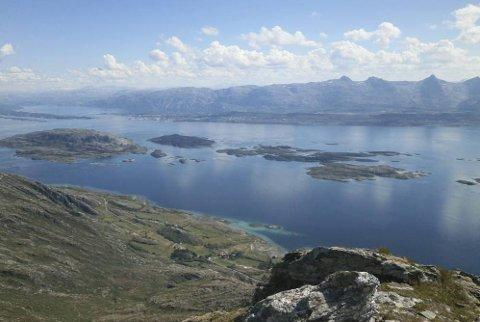 Meget god utsikt fra Dønnamannen mot Sandnessjøen og de Syv Søstre. Foto: Kai Simonsen