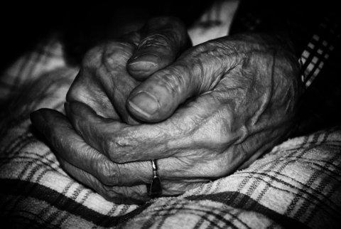 FREMMEDGJORT: Helsepersonell er satt under press for måten døende pleies på. Men presset utøves først og fremst av mennesker som er fremmede for dødsprosessen.