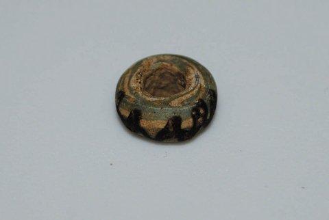 BLANT BLOMSTENE: Denne perlen fra vikingtiden ble funnet på Lunner i fjor. FOTO: INNSENDT