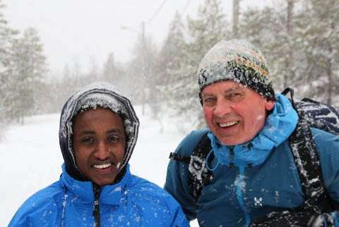 Samhold. Rolf Steffensen setter stor pris på ungdommene på Hamarøy internasjonale senter. Her sammen med Miron Bereket, fra Eritrea, som kom til Hamarøy i oktober 2011. Hun ble med på skitur i 2012. Foto: Øyvind A. Olsen