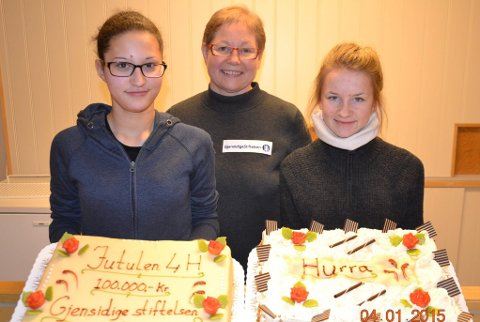 Hurra for gaven:  ? Gaven feires med god kake.  Fra venstre: May Nelly Pettersen, Anbjør Svenkerud og Silje Hokstad.