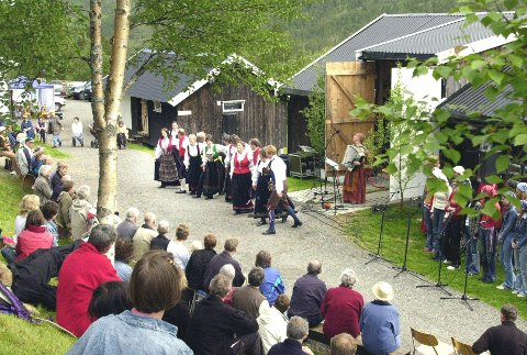 Også den andre konserten på Åkerfallet, hjemgarden til Magnhild og Erik Almhjell, ble vellykket. Over to hundre personer hadde tatt turen opp til plassen.