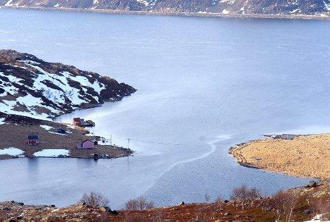 Bygda ligger omlag to mil fra Havøysund. Fra denne fjorden drev russiske og norske agenter etterretningsvirksomhet mot den tyske krigsmakten under andre verdenskrig.