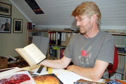 STOLT: Dagleg leiar av Bø i Felemark, Kjell Bitustøyl, er stolt over at prosjektet har blitt eigar av den innhaldsrike notatboka til Gunnar G. Helland.  Foto: Ingebjørg Bø
