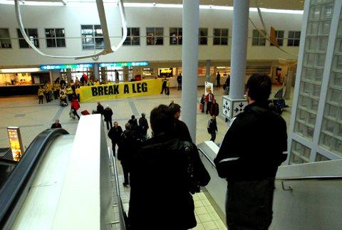 KALD VELKOMST: Det er ikke bare temperaturen som er kjølig i Bodø. Også Glimt-supporternes mottakelse av Odds spillere og ledere på flyplassen var kjølig. Her er Morten Fevang på vei ned rulletrappa da han ser banneren med påskriften, «Break a leg».