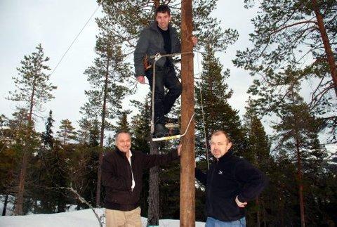 Trioen, Jan Vidar Holte (t.v.), Mikkel Aanderaa og Torbjørn Moen er høgt og lågt for tida og syter for at også meir perifere bustader og hytteområde kjem på nett.