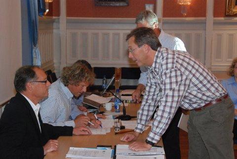 Dag Jørgen Hveem (t.h.) i samtale med varaordfører Jan Einar Henriksen