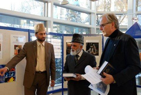 ÅPNET UTSTILLING: Ordfører Øystein Beyer var med på åpningen av koranutstillingen i går. Her sammen med utstillingsansvarlig og imam Ch. Shahid Mahmood Kahloon, Ch. Maqsood Ahmad Virk fra Ahmadiyya- bevelgesen.