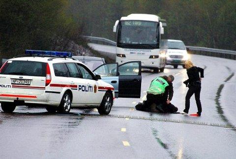 PÅ RØMMEN: Dette bildet er fra 8. mai i år, og viser politiet som pågriper 17-åringen i Nome, etter at han hadde stukket fra institusjonen han er plassert på i øvre Telemark i en stjålet bil.