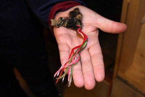 MERKING: Samene skjærer hakk i øret på reinsdyra. I Sør-Amerika merkes alpakkaene med fargekoder av ulltråd.