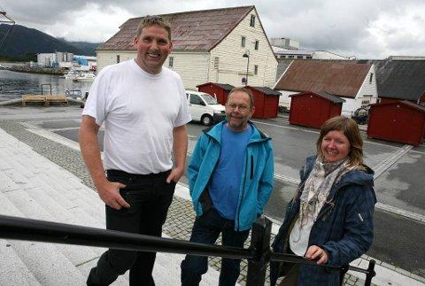 INVITERER: Torgansvarleg Marit Gjerstad er klar for Torgdag under Fjordsteam i helga. Her med Rune Kvammen (t. v) og Per Stavang som skal selje fisk på torget laurdag. Foto: Maiken Aa. Solbakken