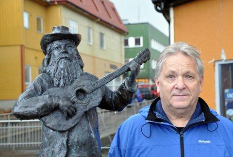 Stein Rasmussen foran statuen av Jack Berntsen